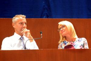 Primátor Raši a námestníčka Lenártová. Ich grimasy nenasvedčovali tomu, že sedia pred takmer 400 rozhorčenými občanmi. Kto by nevedel, podľa fotiek by si mohol myslieť, že sú na rande...