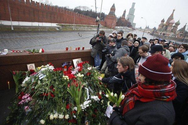 Na miesto vraždy prinášajú Moskovčania kvety.