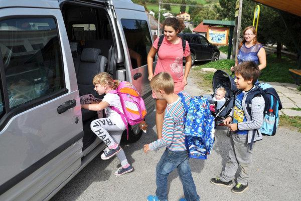 Deťom aj rodičom odvoz školským autobusom vyhovuje.