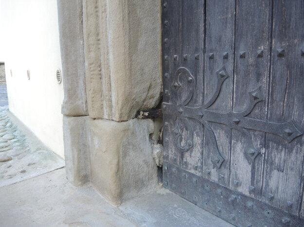 Uvoľnené pánty na západnom portáli.