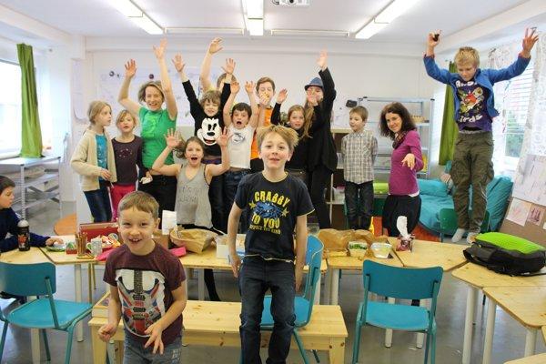 V inovatívnej škole pracujú deti rôzneho veku v jednej skupine, učiteľ je v nej radca a pozorovateľ.