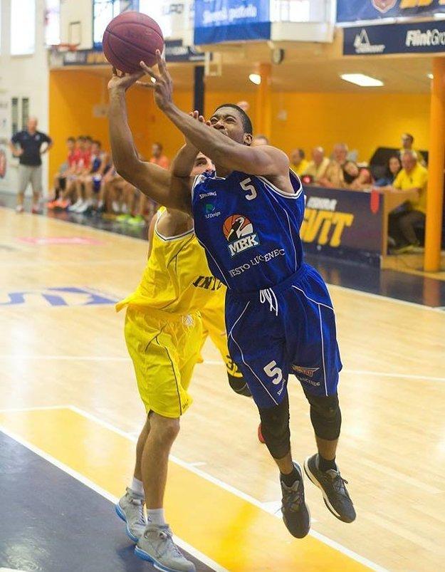 Phillip Leonard (v modrom).