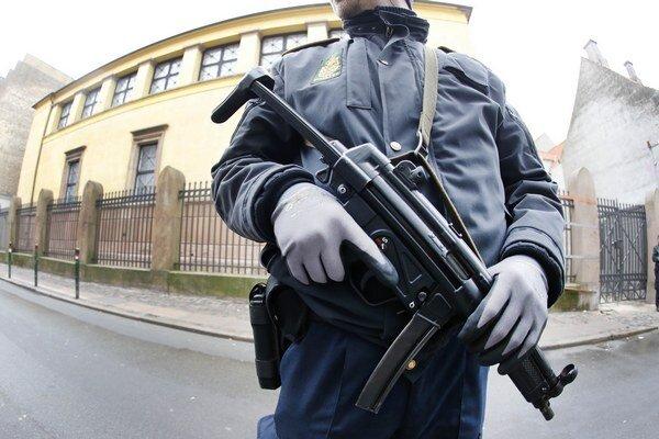 Dánsky policajt hliadkuje pri synagóge v Kodani.