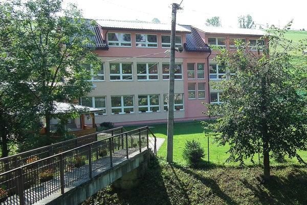 základná škola. Výmenou strechy obec získala nové priestory v podkroví.