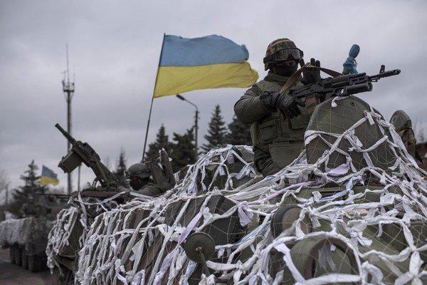 Vozidlo ukrajinskej armády smeruje k mestu Debaľceve.