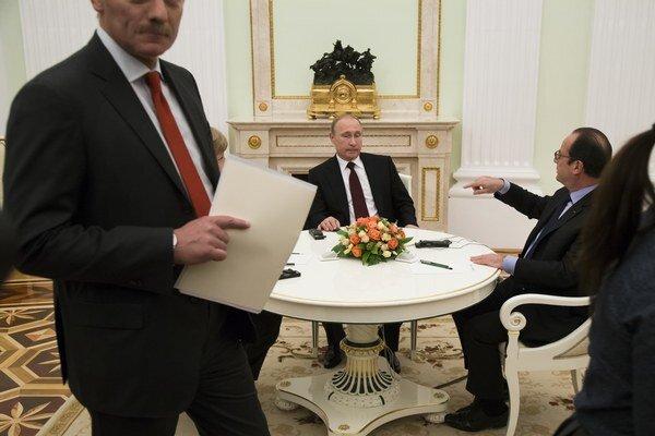 Vladimir Putin a hovorca Kremľa Dmitrij Peskov (na snímke vľavo).