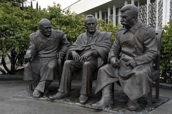 Postavy dvoch západných lídrov sú vysoké 3,2 metra, zatiaľ čo Stalin je o desať centimetrov vyšší.