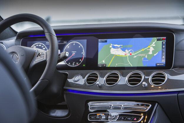 Zobrazenie jednotlivých informácií na displejoch môže šofér meniť podľa potreby.