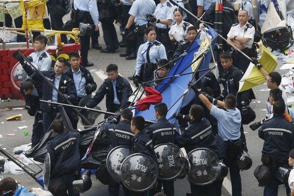 Zásah policajtov v uliciach Hongkongu.