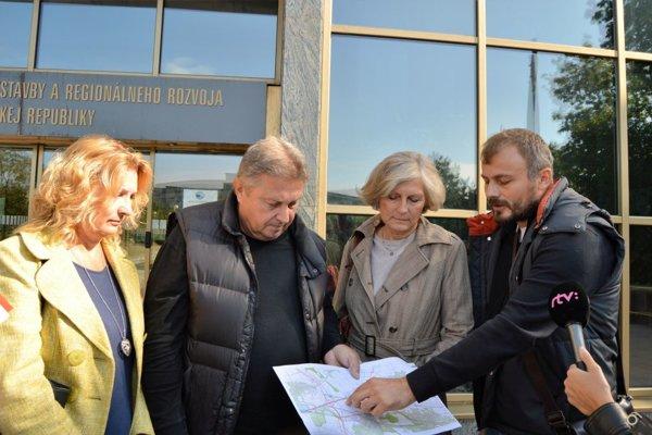 Ani minister Érsek na žiadosť o stretnutie  doteraz nereagoval.