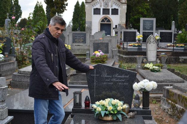 Rudolf Vaškovič. Ukazuje miesto, kde bol kedysi hrob Divalda.