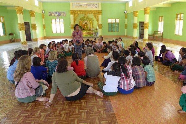 Je medzi týmito barmskými školáčkami nová Aun Schan Su Ťij?