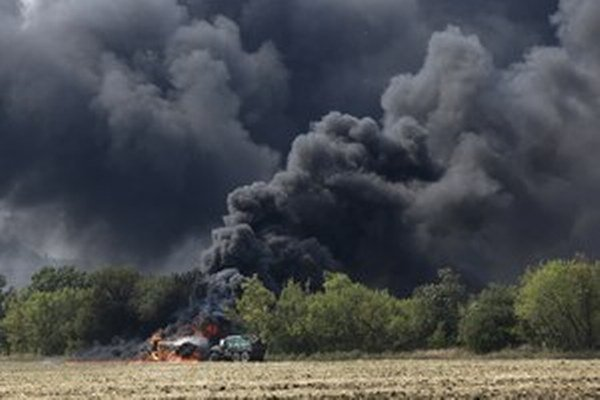 Vojenské vozidlo na východe Ukrajiny po strete separatistov a ukrajinských jednotiek.