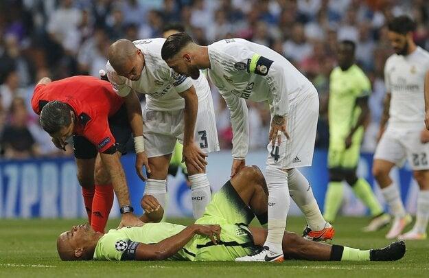 Vincent Kompany (na zemi) sa zranil v zápase proti Realu Madrid.