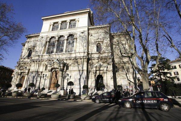 Talianska polícia po útokoch začala viac strážiť kostoly aj synagógy.