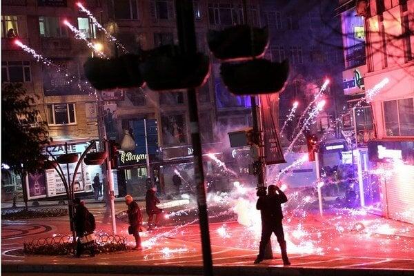 V Istanbule vyšli ľudia opäť do ulíc a dostali sa do konfliktu s tureckou políciou.