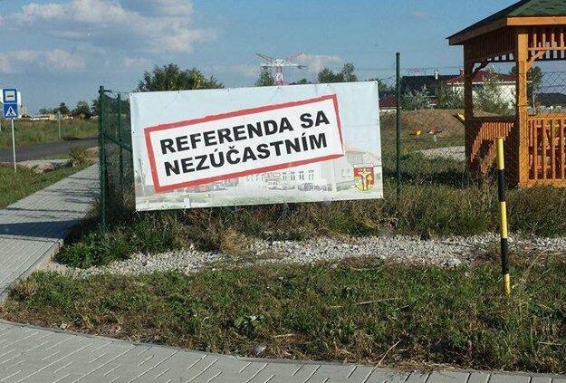 Na plagátoch je použitý znak obce, kto ich zaplatil, sme sa však nedozvedeli.