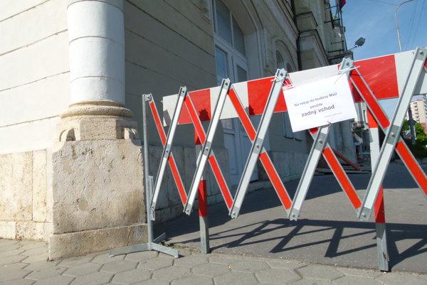 Počas prác bude hlavný vchod do budovy zatvorený.