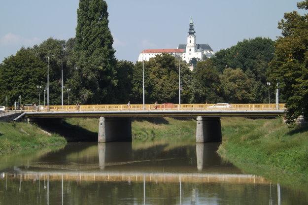 Most spája centrum mesta a sídlisko Chrenová.