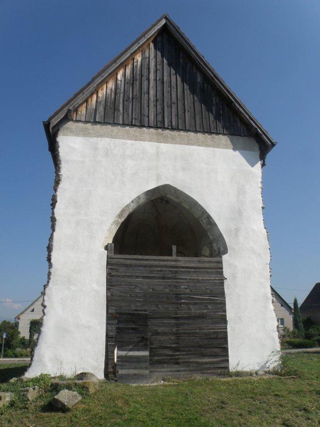 Svätyňa bola súčasťou kostola v Koši, pri ktorom stála aj škola.