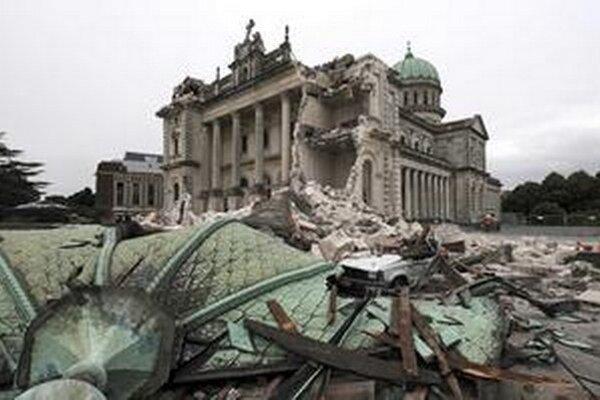 Zrútená časť katedrály po zemetrasení v roku 2011.