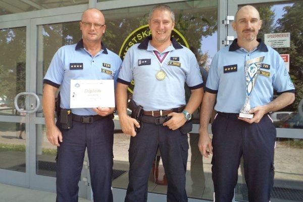 Družstvo Mestskej polície v Prievidzi. Zľava Vít Zajac, Pavol Šmelko a Marián Hrabaj.