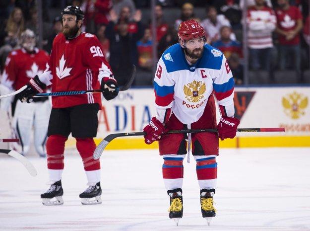 Alexander Ovečkin (vpravo) smúti po prehre s Kanadou.