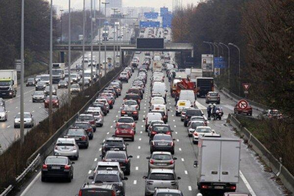 Autá už mladých Nemcov tak nelákajú. Uprednostňujú kvalitnú hromadnú dopravu.
