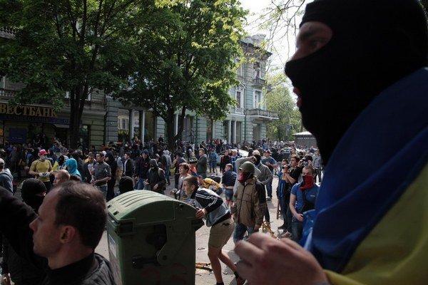Násilie medzi proruskými a proukrajinskými demonštrantmi zažívala Odesa pred rokom na jar.