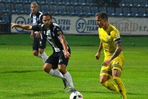Hrdina sobotňajšieho zápasu sMyjavou. Michalovský kapitán Igor Žofčák (vpravo) strelil víťazný gól svojho celku vposlednej minúte.