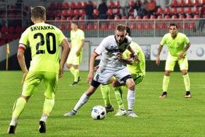 Jozef Sombat (v bielom) hral pred rokom piatu ligu, v sobotu debutoval v najvyššej súťaži.