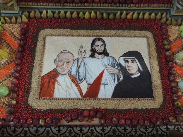 Na snímke výzdoba pod oltárom Božského srdca Ježišovho vo Farskom kostole Narodenia Panny Márie v Novej Bani.