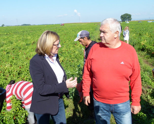 Ministerka G. Matečná s farmárom Ľ. Kissom.