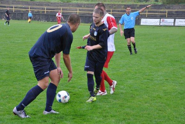 Futbalisti Trstenej (v tmavomodrých dresoch) odohrali v Závažnej Porube dobrý zápas, ale bez bodu.