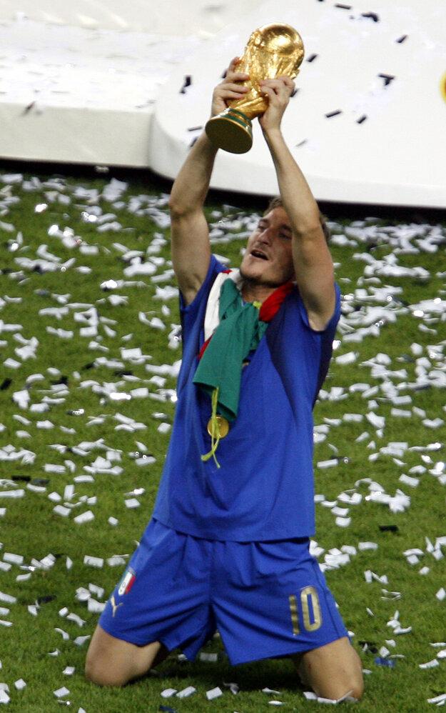 Francesco Totti dvíha nad hlavu pohár za víťazstvo vo finále majstrovstiev sveta 2006.