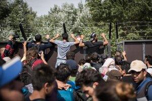 Utečenci čakajú pri zavretom hraničnom prechode na maďarsko srbských hraniciach pri srbskom meste Horgoš.