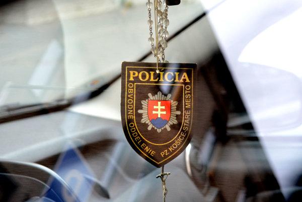 Rozmanité policajné logá. Na platených parkoviskách ich vidno aj vsúkromných autách bez parkovacieho lístka či karty.