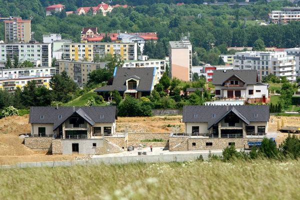 Kým na západe bývajú v prenájmoch všetky vrstvy obyvateľstva, na Slovensku je toto bývanie spájané najmä s chudobnými Slovákmi.