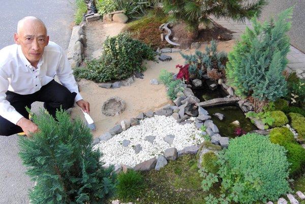 Na malú japonskú záhradu premenil Kiyotaka Iwata kúsok priestranstva pred vchodom do paneláku.