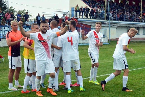 Seredčania sa radujú z postupu cez prvoligistu. V popredí s kapitánskou páskou Martin Mečiar, autor gólu na 2:1.
