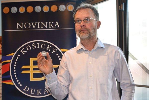 Predseda občianskeho združenia Zlatý dukát Vladimír Gürtler s novým lokálnym platidlom.