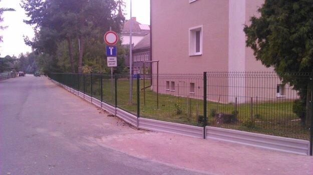 Po prázdninách je okolo školského areálu nový plot.