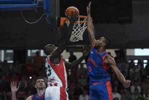 Na kôš zakončuje basketbalista Prievidze Derrick Caracter.
