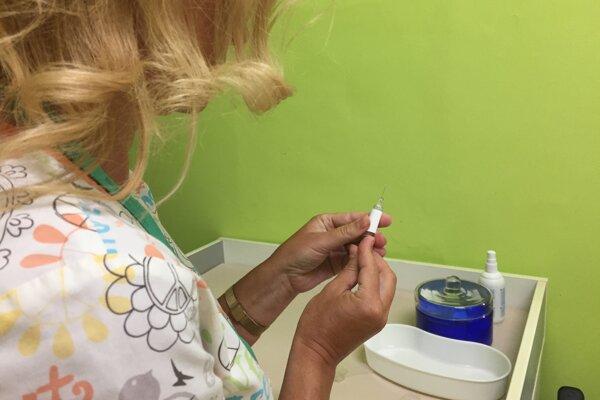 Zdravotníci v Trenčíne sa očkovania neboja.