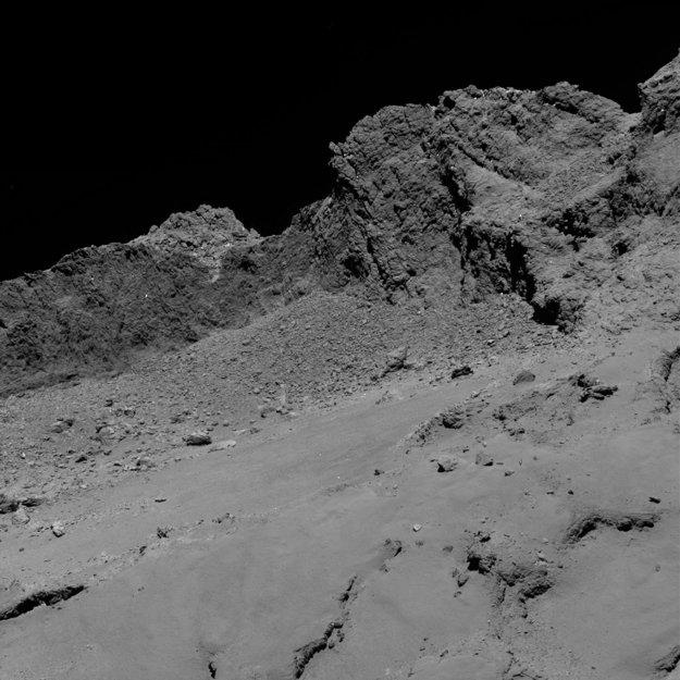 Jeden z prvých záberov z 30. septembra 2016. Rosetta je asi 16 kilometrov od povrchu kométy. Záber pokrýva zhruba 600-metrový výsek telesa.