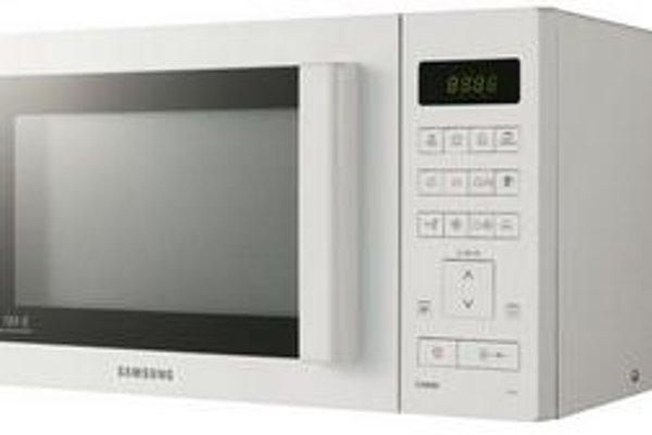 Jednou z troch mikrovlniek, ktoré testom neprešli, je aj Samsung CE107V. Jej teplota pri grilovaní vystúpila na 127 stupňov Celzia a na 120 stupňov pri horúcom vzduchu.