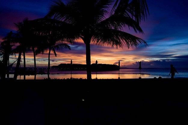 Súmrak je na Maldivoch (podobne ako inde v trópoch) krátky. Tma po západe slnka prichádza rýchlo.