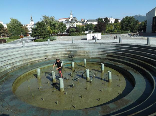 Správca musel fontánu opakovane čistiť.