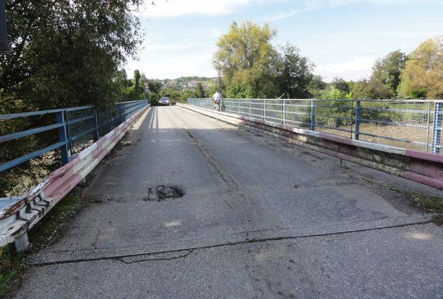 Most vedúci k areálu bývalej kafilérie je v zlom stave.