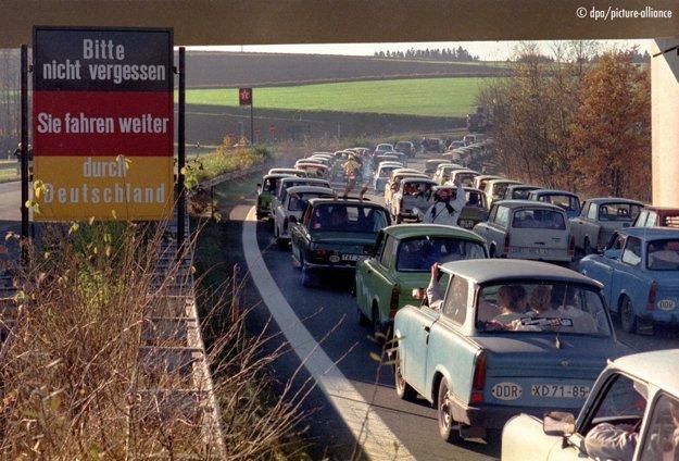 Občania NDR prúdia do západného Nemecka.